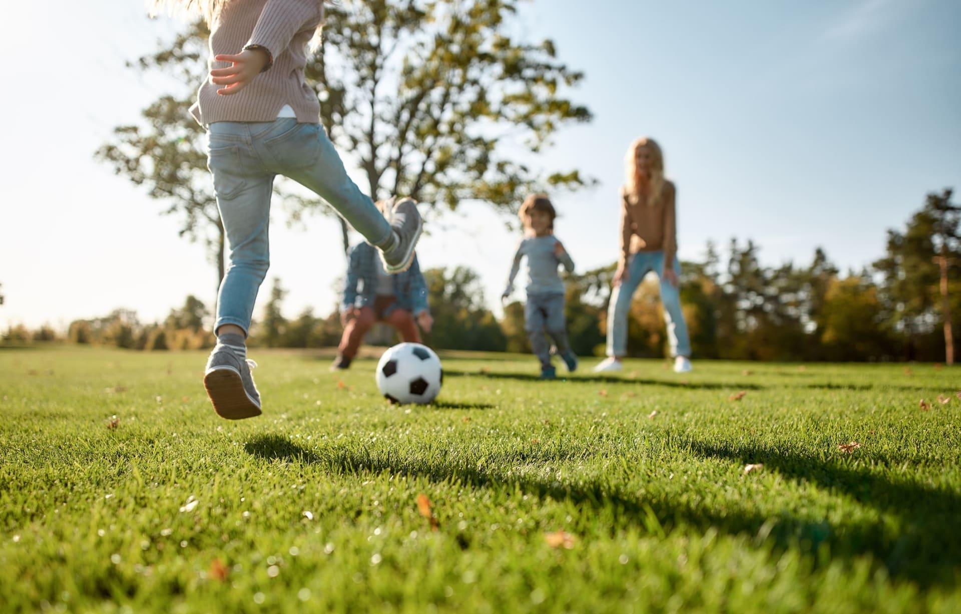 Med store gressletter kan barna utfolde seg
