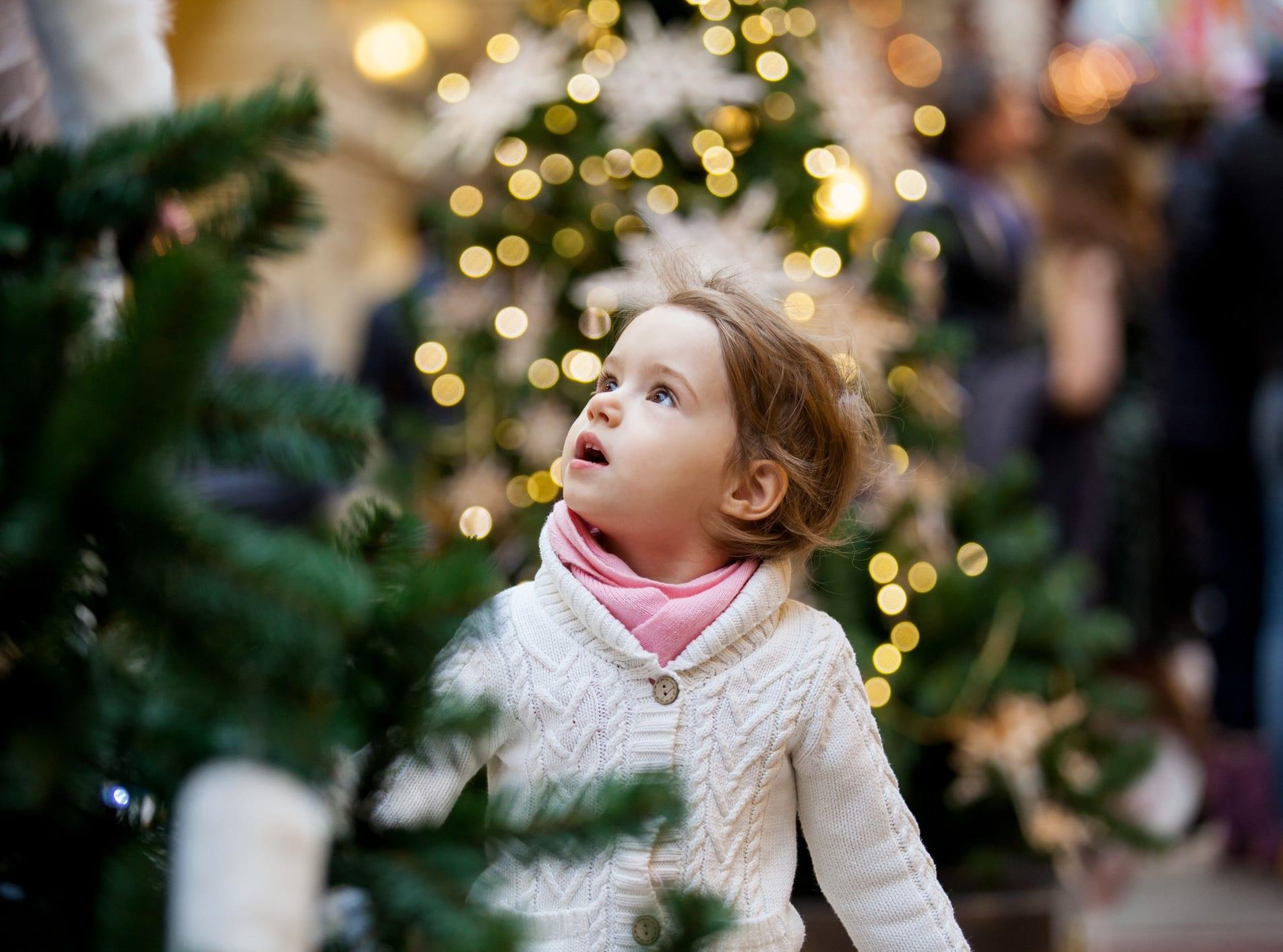 Det er lang tradisjon å tenne julegrana, hvor også lokale kor synger jula inn