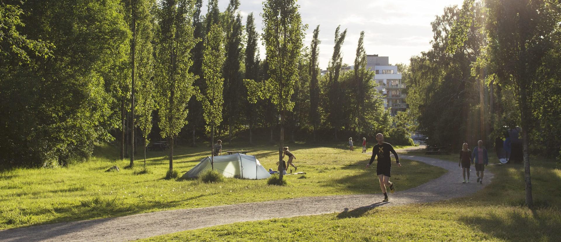 I Svartdalsparken og langs Alnaelva er de fint å gå, løpe eller bare ta en pause.