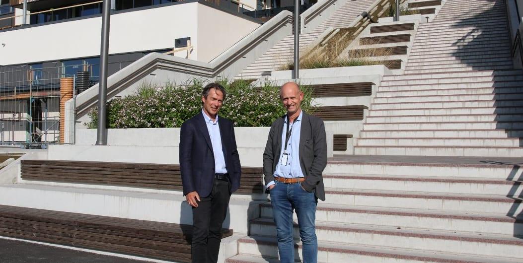 ØVERSTE DEL AV SPANSKETRAPPEN: Egil Svoren og Anders Sletten med deler av den Roma-inspirerte trappen i bakgrunnen. Den vil bli bredere ned mot blokkene som skal bygges som en del av Bryggeparken. Foto: Ingunn Håkestad Bråthen