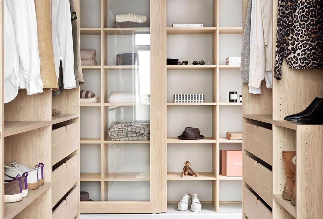 Louise Moltke-Hansen i Drømmekjøkkenet gir oss gode tips for en ryddig garderobe. Foto: Drømmekjøkkenet