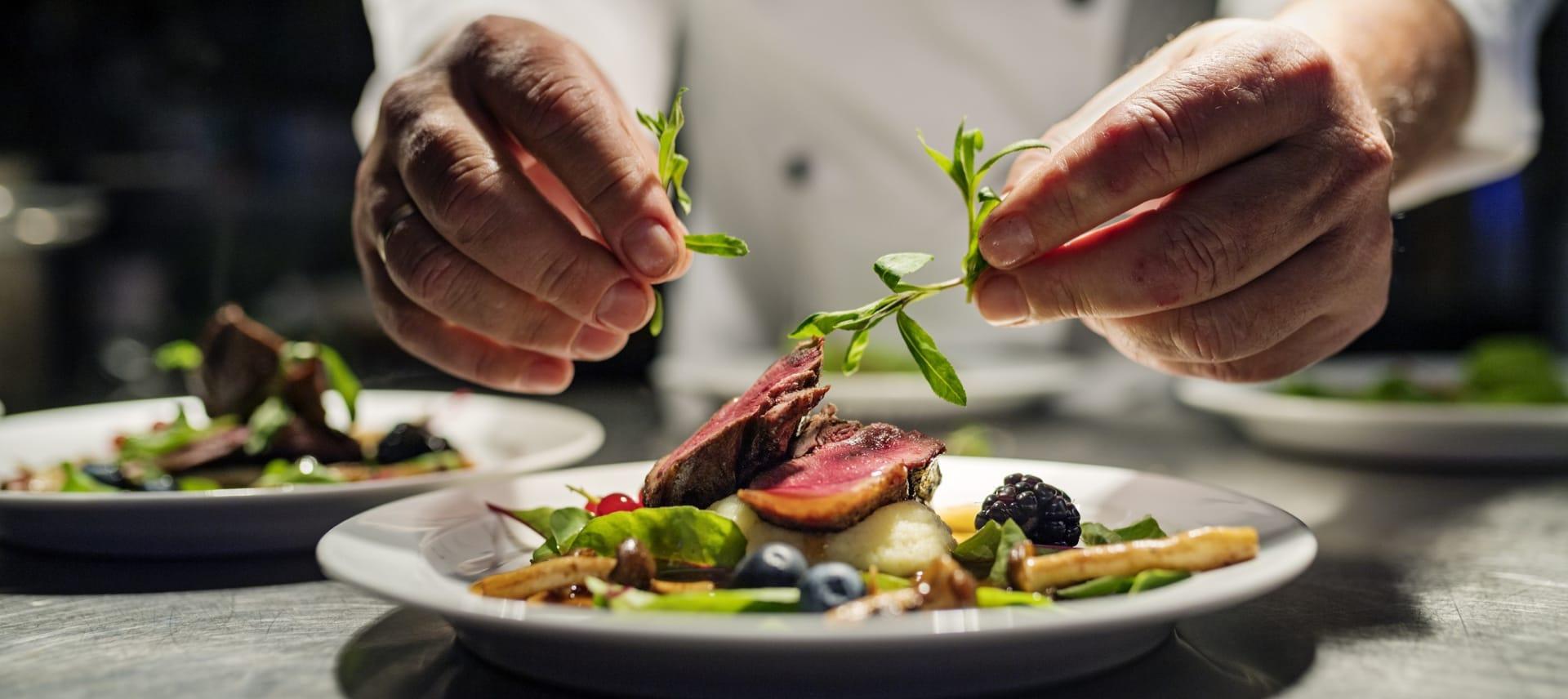 Nyt tradisjonsrik, nordisk mat i restauranten eller kos deg med en vaffel og kaffe i Godscafeen.