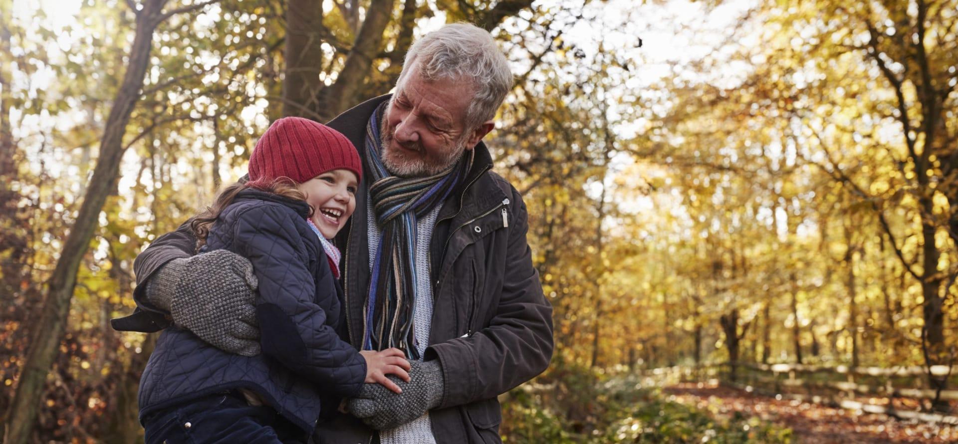 Med barnebarn på tur – er det en stor skog å utforske sammen.