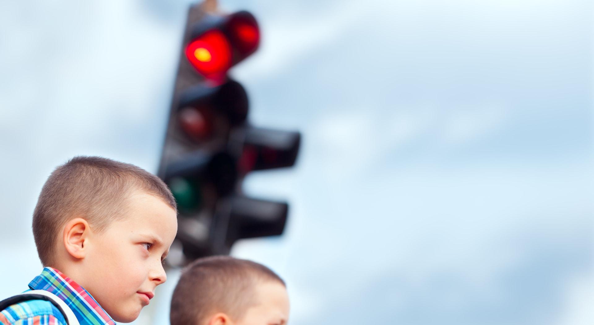 Trygg Trafikk sier nei til skolepatruljer, og mener barn må slippe å ha ansvar for å hindre trafikkulykker.