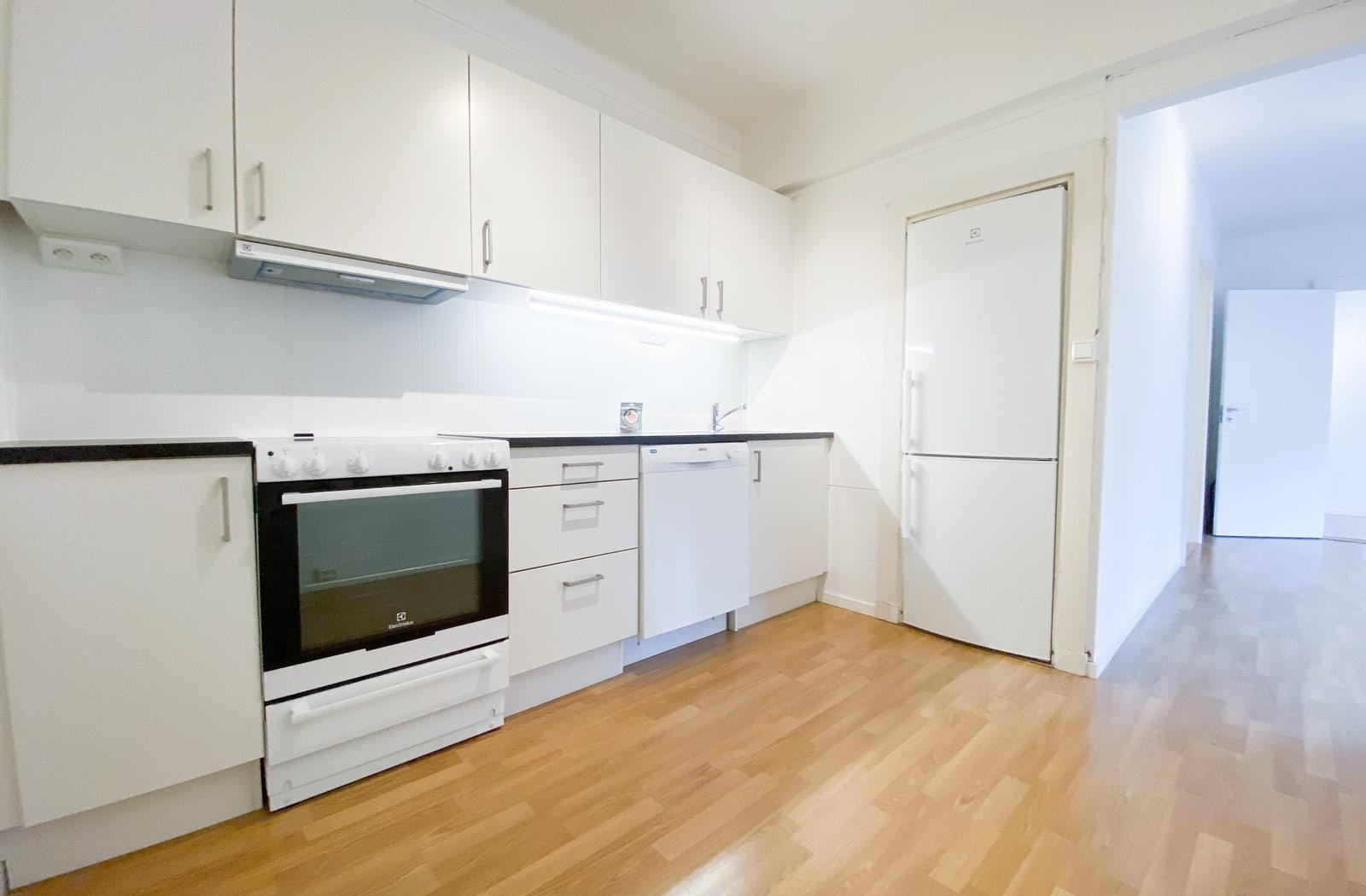 Kjøkken med alle hvitevarer og plass til spisebord