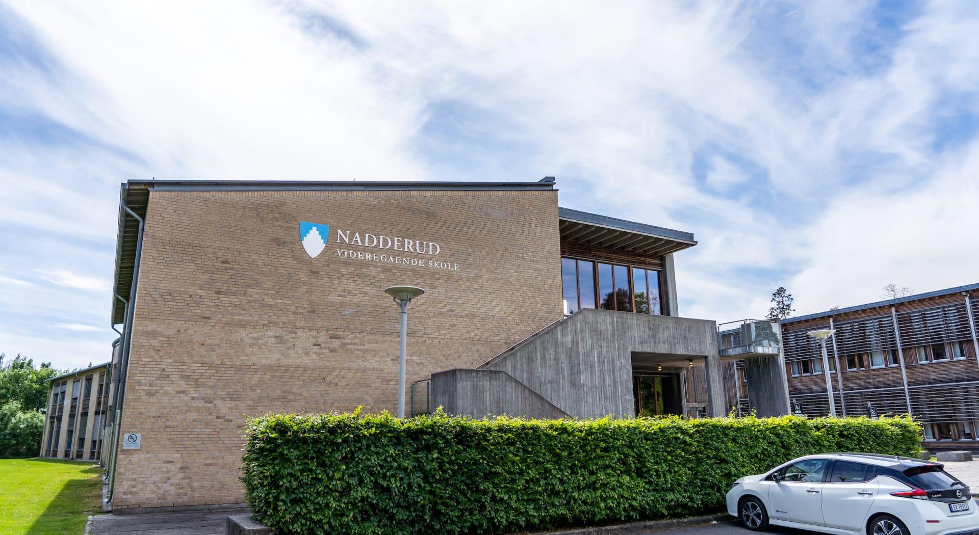 Bekkestua har et rikt og variert tilbud av barnehager og skoler i alle trinn. Blant andre Oslo International School, Nadderud vgs., og Ringstabekk skole.