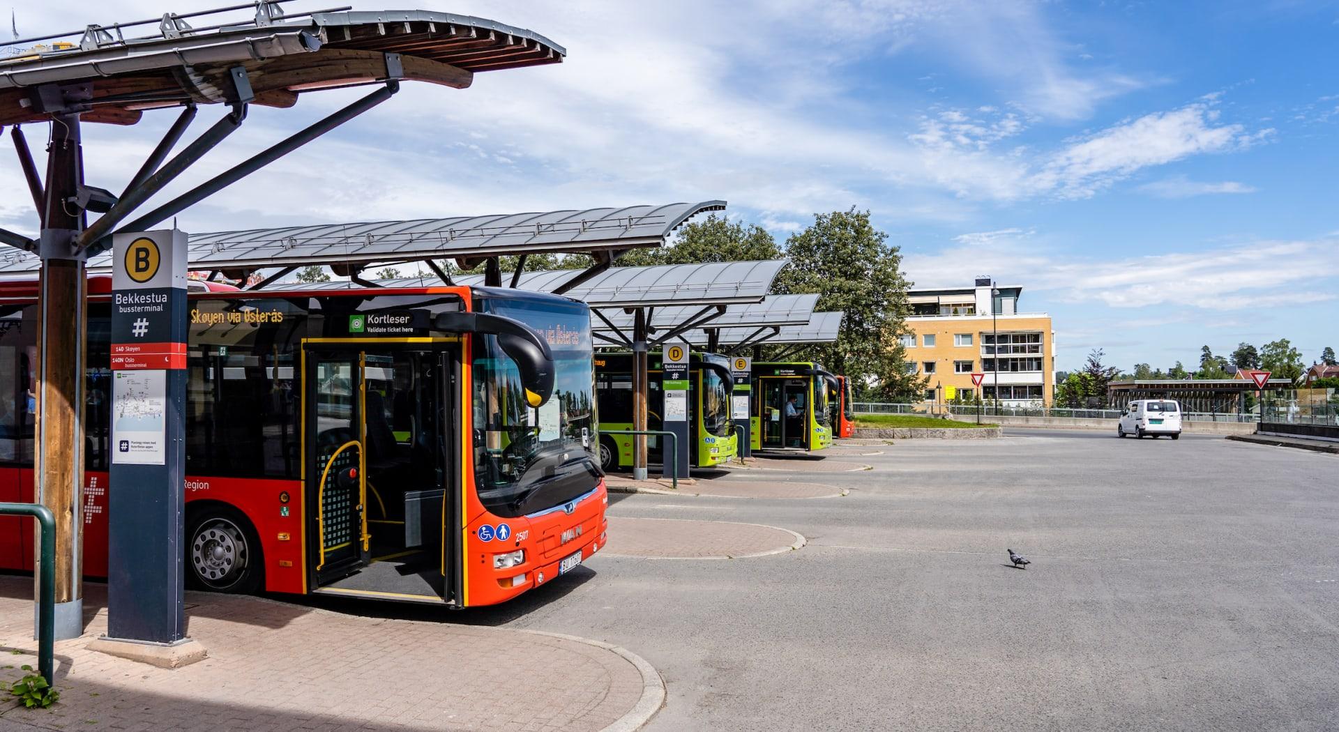 T-banen tar deg til Majorstuen på 16 min. I umiddelbar nærhet finnes også bussterminal med flybuss, flotte matbutikker, et av landets beste vinmonopol, hyggelige cafeer og restauranter, samt en rekke andre servicetilbud.