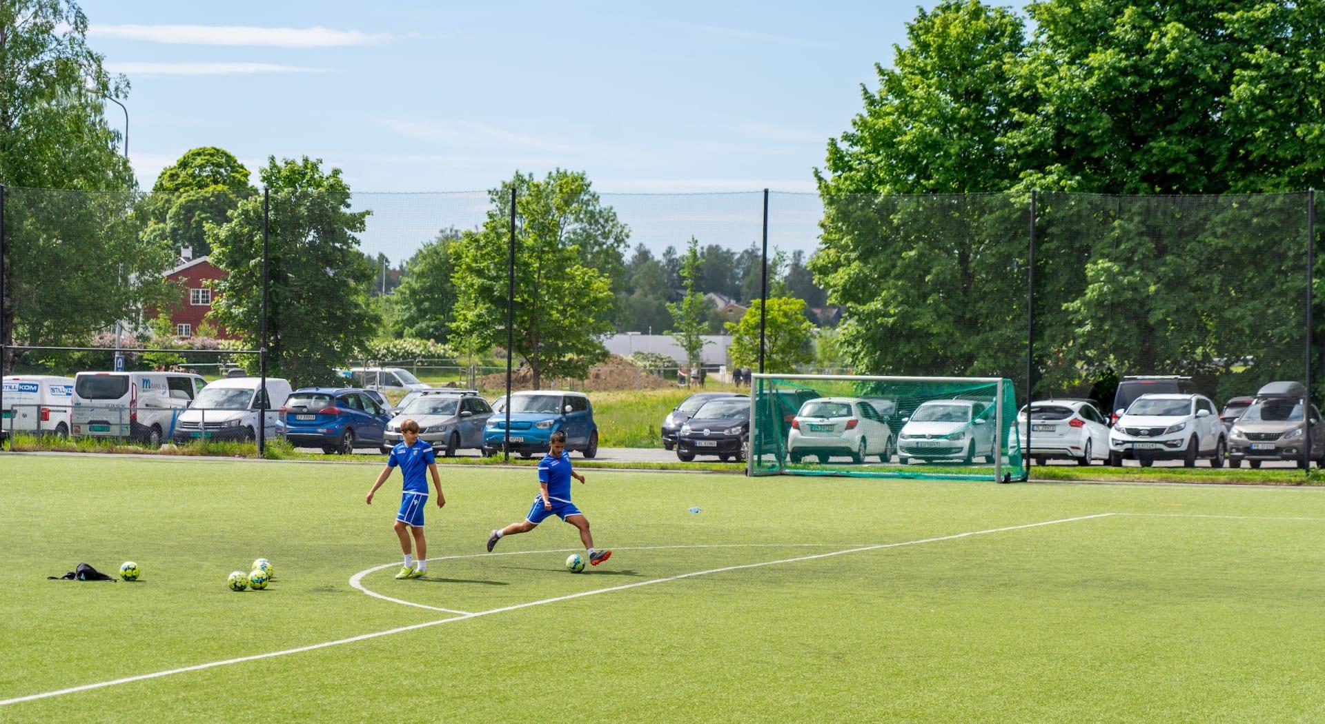 I nærområdet er det flust av aktivitetstilbud. Send barna på fotballtrening, drikk kaffe på kafé, gå tur langs kyststien, spill tennis, golf eller besøk Gjønnes Gård – mulighetene er mange.