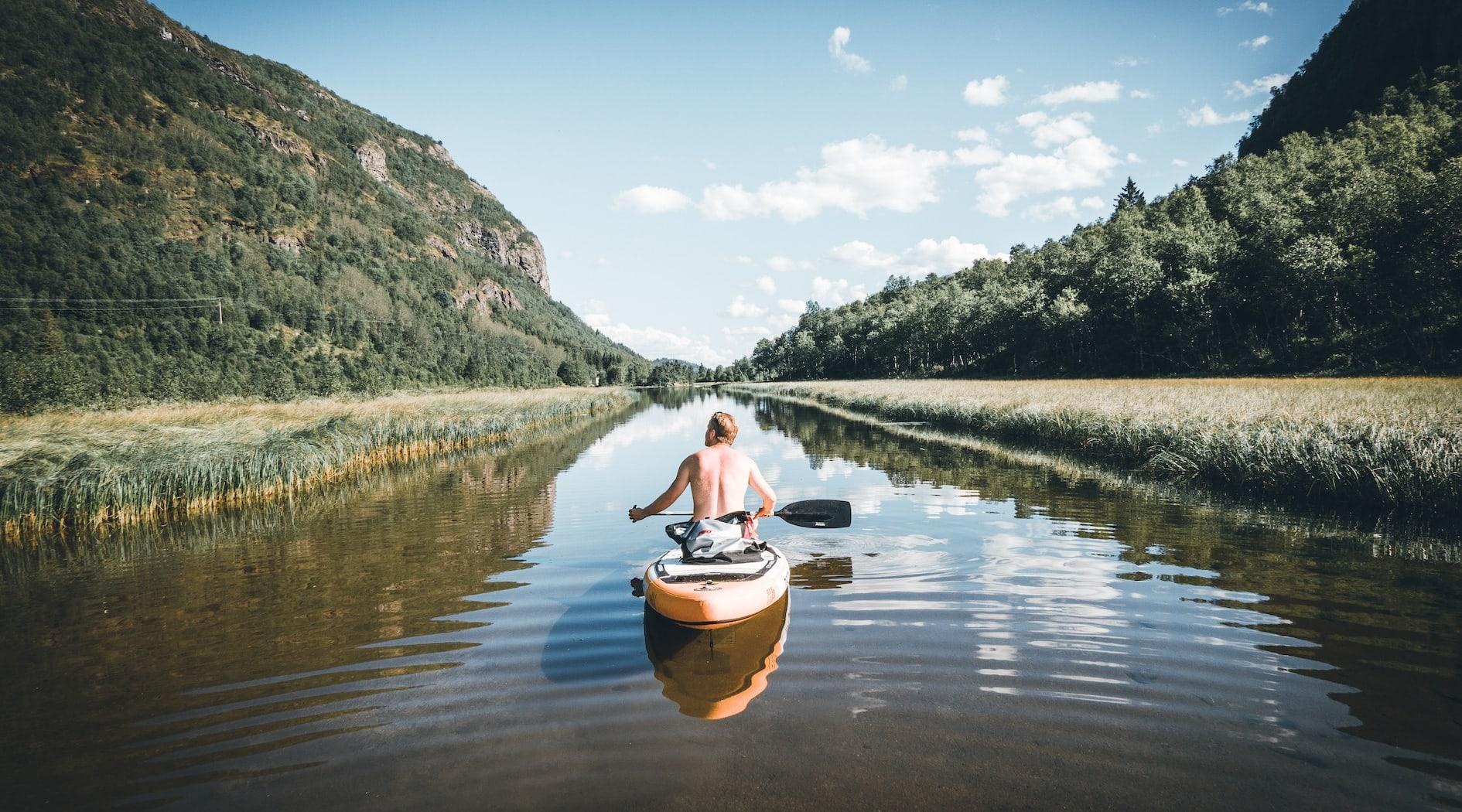 Finn et rolig fjellvann en varm sommerdag. Foto Christoffer Bjerkan/Hemsedal.com