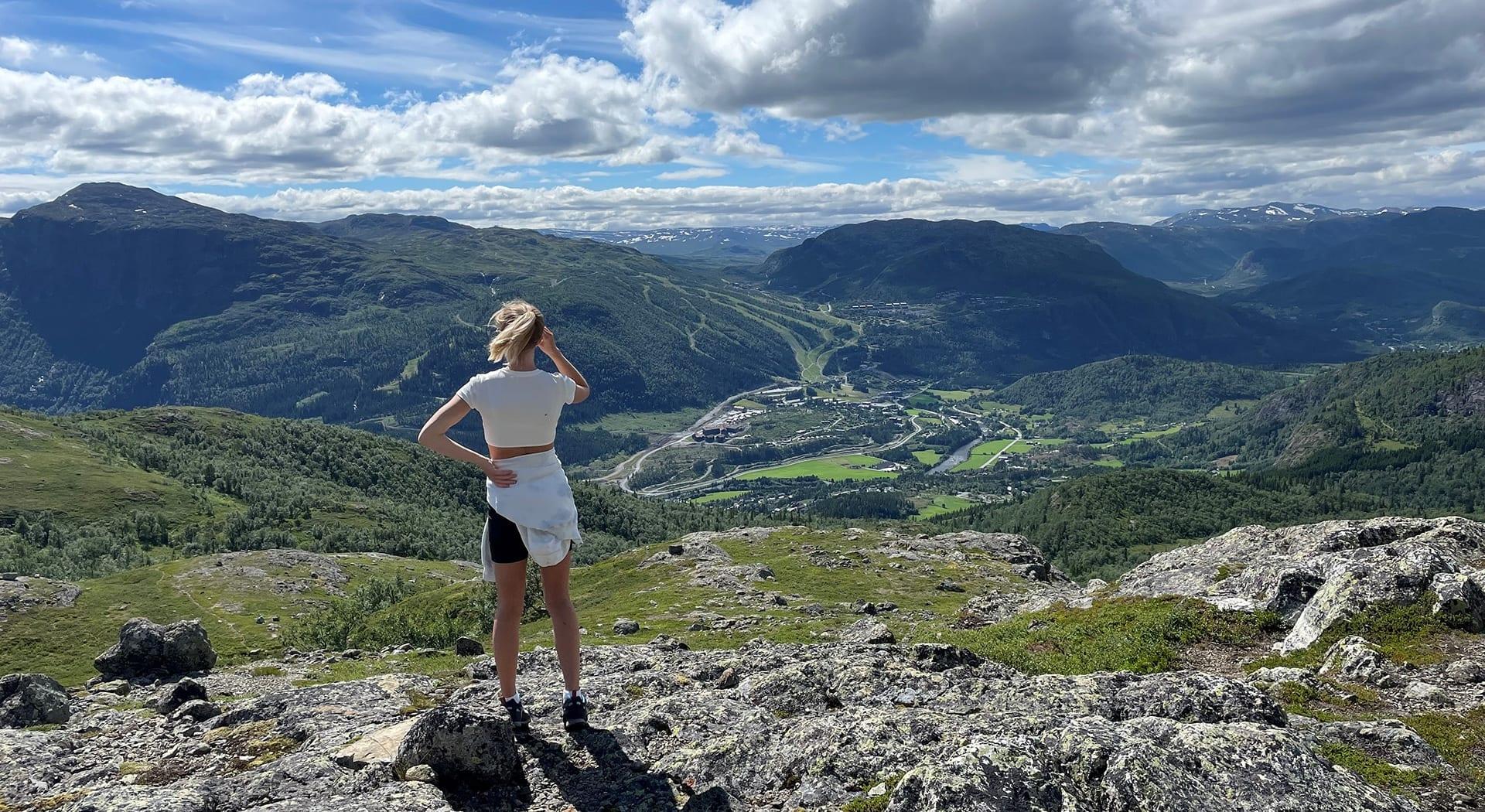 Fjelltur fra sentrum med utsikt til Totten, Roni og Hemsedal Skisenter.
