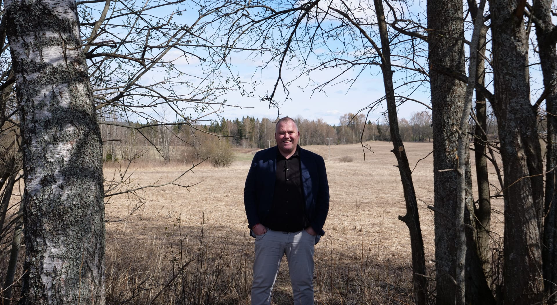 Salgssjef Thomas Johan Hagen viser frem Lørenfallet hage