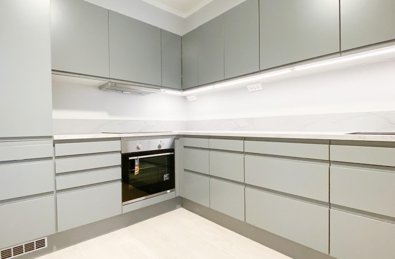 Kjøkkenet er nyoppusset i 2020 og inneholder bl.a. innebygget kombiskap, oppvaskmaskin og komfyr
