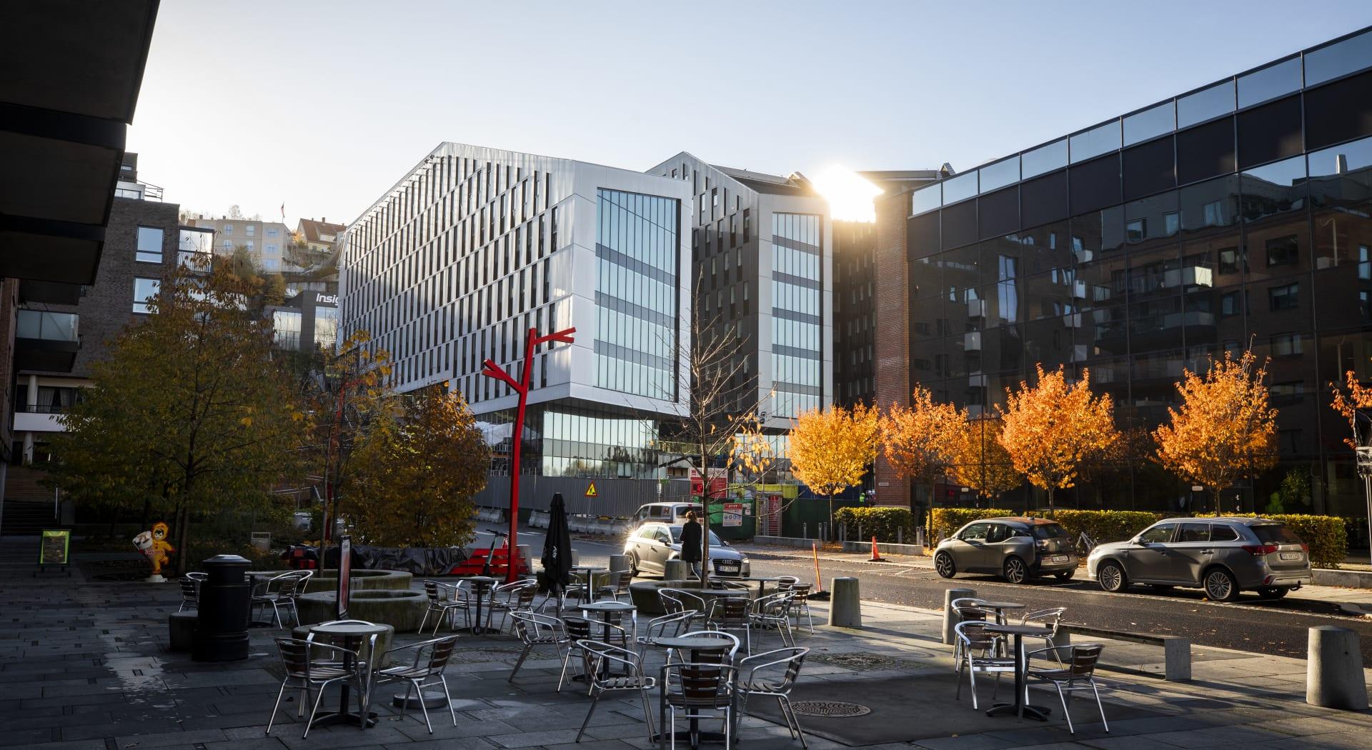 Oslo K og nabobygget Kværnerhallen har begge nye og fine kontorlokaler som grenser ut mot Smeltedigelen, med kafé og andre tilbud.