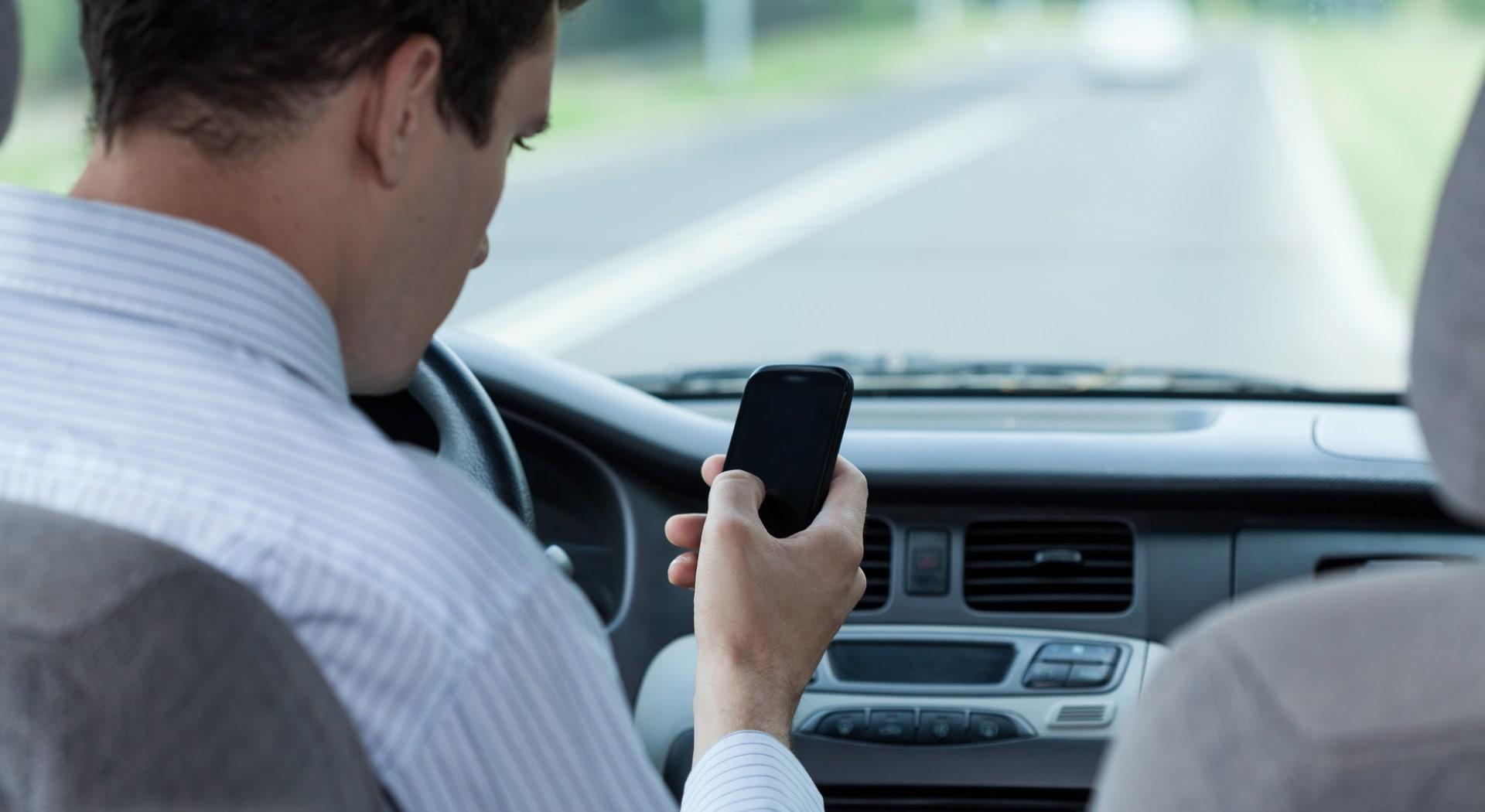 Mobilbruk og bilkjøring forårsaker mange trafikkulykker.