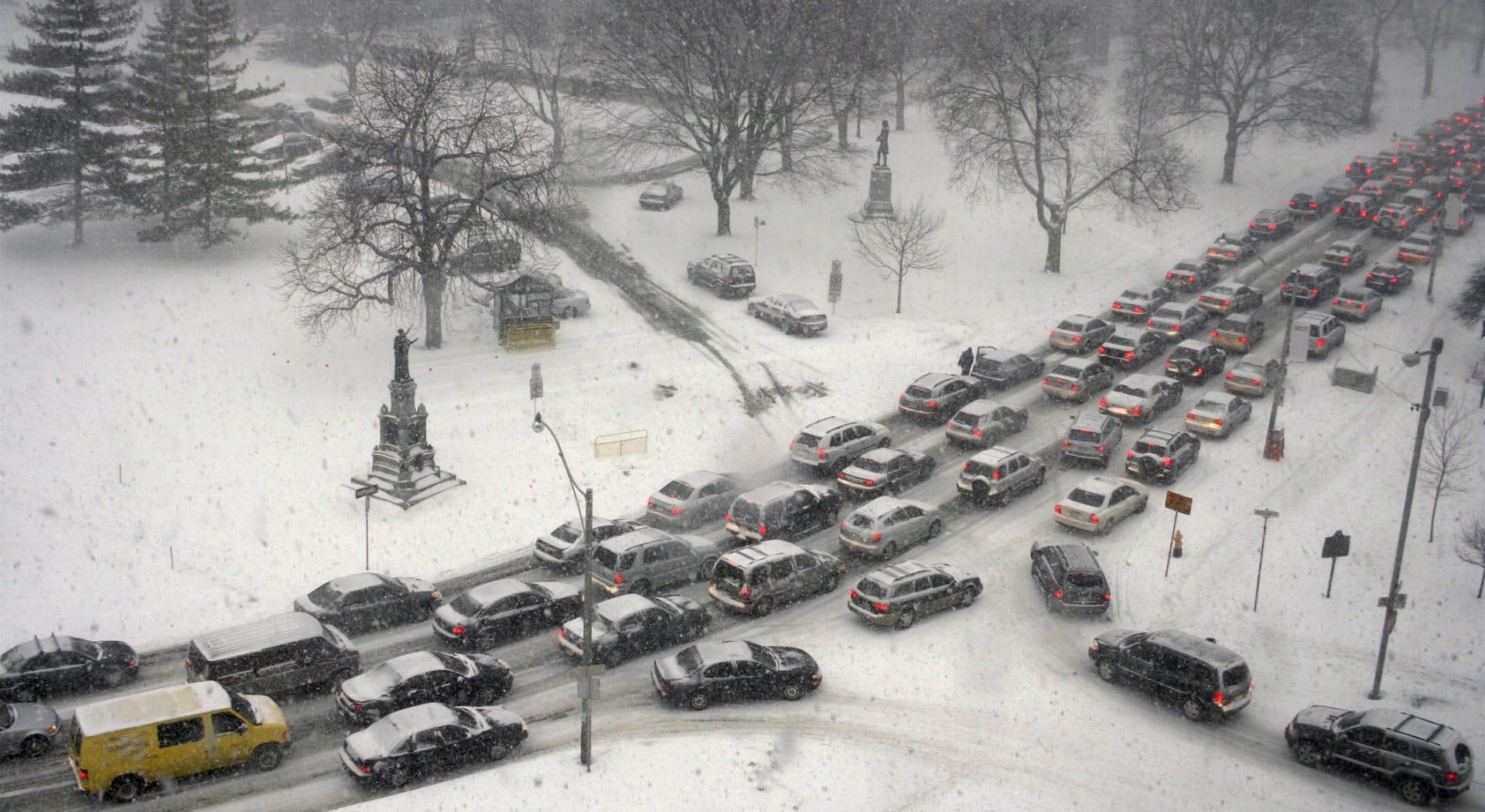 En kjedekollisjon består av mange biler som kolliderer.
