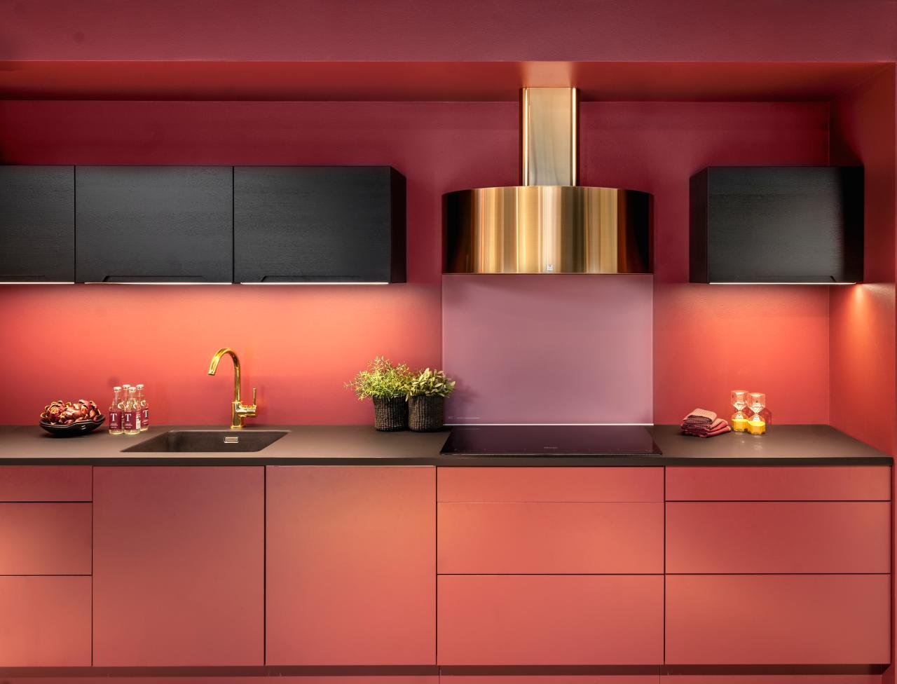 Kjøkkenviften dekorerer kjøkkenet  i tillegg til å fjerne os og matlukt. Foto: Røroshetta