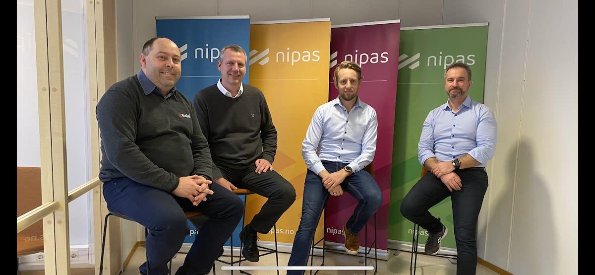 Solid kjøper opp Nipas. Fra venstre: Kim A. Johansen (Solid), Terje Lyngaas (Solid), Andreas Akselsen (Godthåb Holding) og Tony Øvrevik (Nipas)