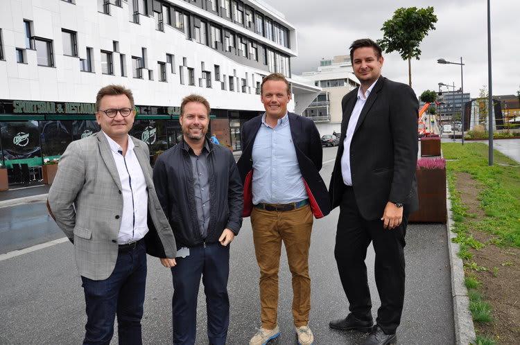 Øivind Kvammen (Værste AS), André Sørensen (Elkjøp), Magnus Fredriksen (Værste AS) og Elkjøp-direktør Fredrik Tønnesen er godt fornøyde med avtalen. Foto: Kristian Bolstad