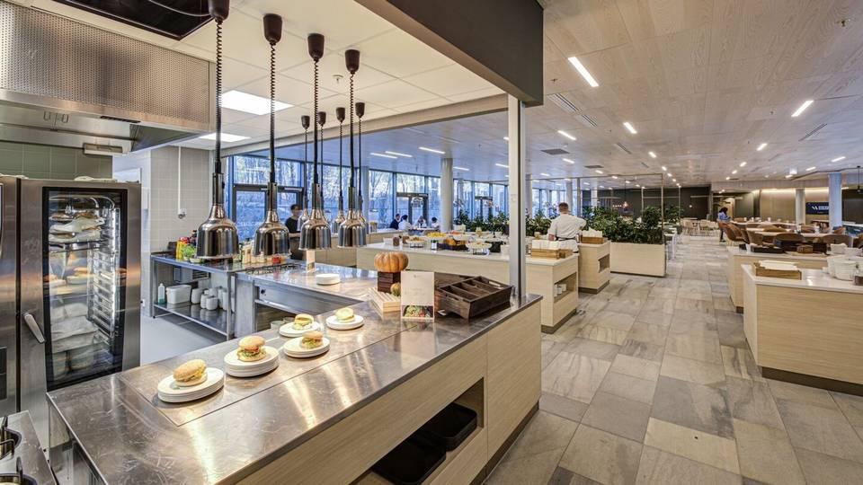 Netland Martinsen trekker frem at tilbudet til brukerne av bygget er nokså komplett, med blant annet to kantiner, treningssenter, helsetjenester, konferansesenter, høy servicegrad og restaurant og dagligvare under samme tak. | Foto: Schage Eiendom