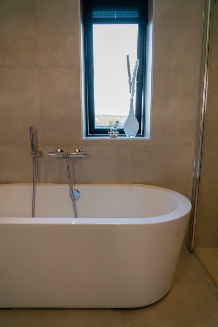 Baderommet i andre etasje er det rommet Susanne og Luis er aller mest fornøyd med i huset. Det er stort, har både badekar og dusjhjørne og er generelt lyst og trivelig.
